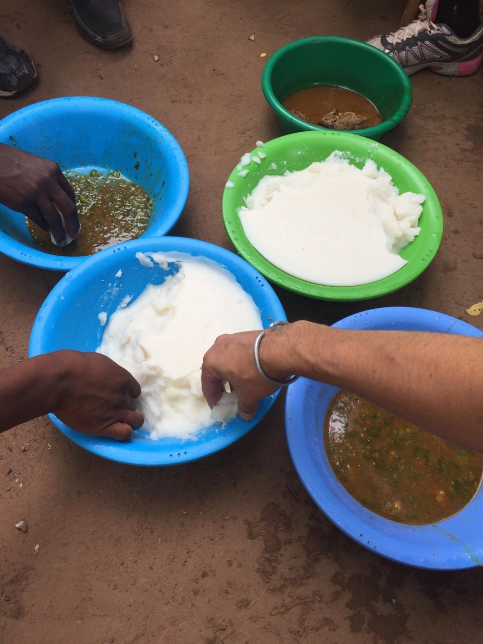 Compartiendo la comida en una aldea de Burkina Faso
