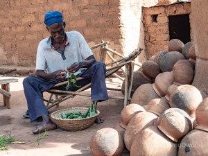 Hombre en una aldea tradicional de Burkina Faso