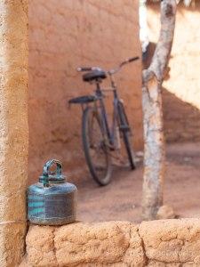 Bicicleta y jarra de agua en Burkina Faso