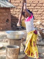 Mujer moliendo el maíz en Burkina Faso
