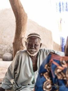 Hombre a la sombra en una aldea de Burkina Faso