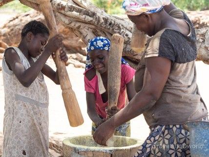 Mujeres moliendo el Maíz en Burkina Faso
