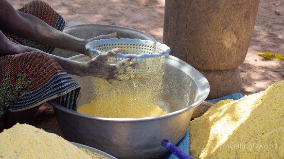 Mujer colando el cereal, Burkina Faso