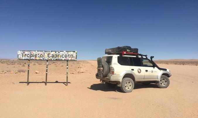 Nuestro Toyota Land Cruiser en el Trópico de Capricornio, Namibia