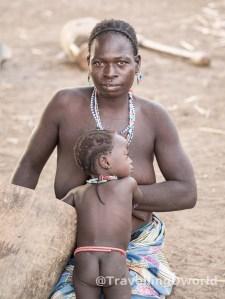 Madre e hijo en poblado Kamberi, Nigeria