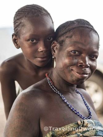 Madre e hija, poblado Kamberi