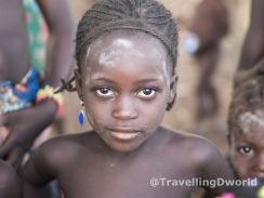 niña en un poblado Kamberi