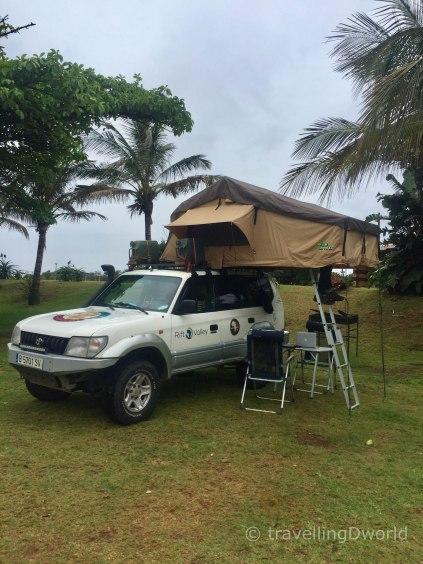Nuestro Toyota con la tienda de techo montada