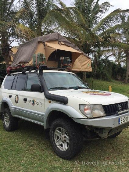 Nuestro Toyota Land Cruiser equipado para la Transáfrica, con tienda en el techo montada