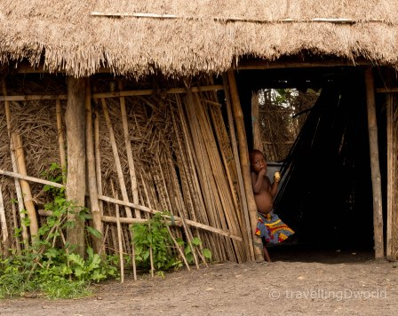niño Holi en aldea, Benin