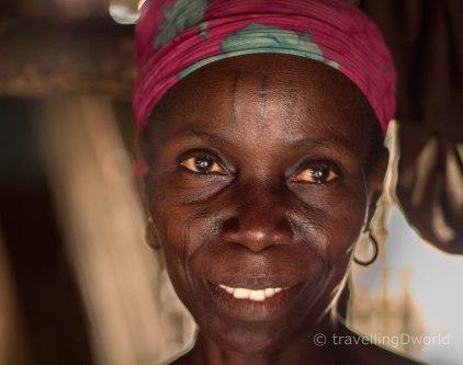 Mujer Holi con tatuajes faciales, Benin