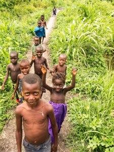 Niños holi dándonos la bienvenida a su aldea en Benin