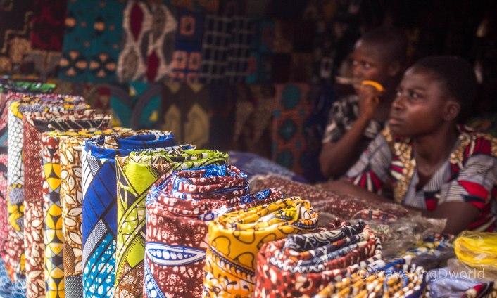 Telas tradicionales africanas en el mercado de Onigbolo, Benin