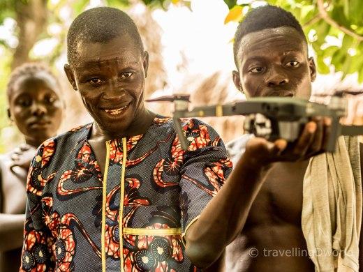Hombre Holi con dron, Onigbolo