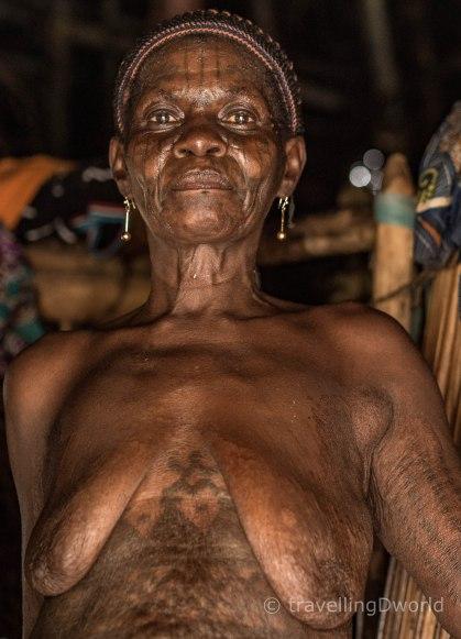 Mujer Holi con tatuajes, Benin