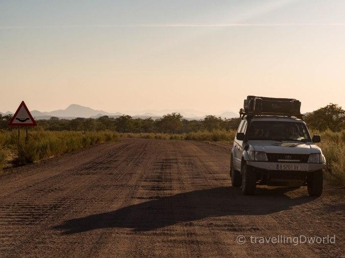 Nuestro Toyota Land Cruiser en carreteras angolanas
