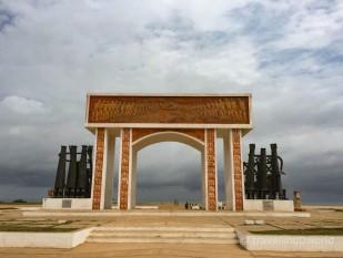 Puerta de no retorno al final del camino que recorrían los esclavos en Ouiza, Benin