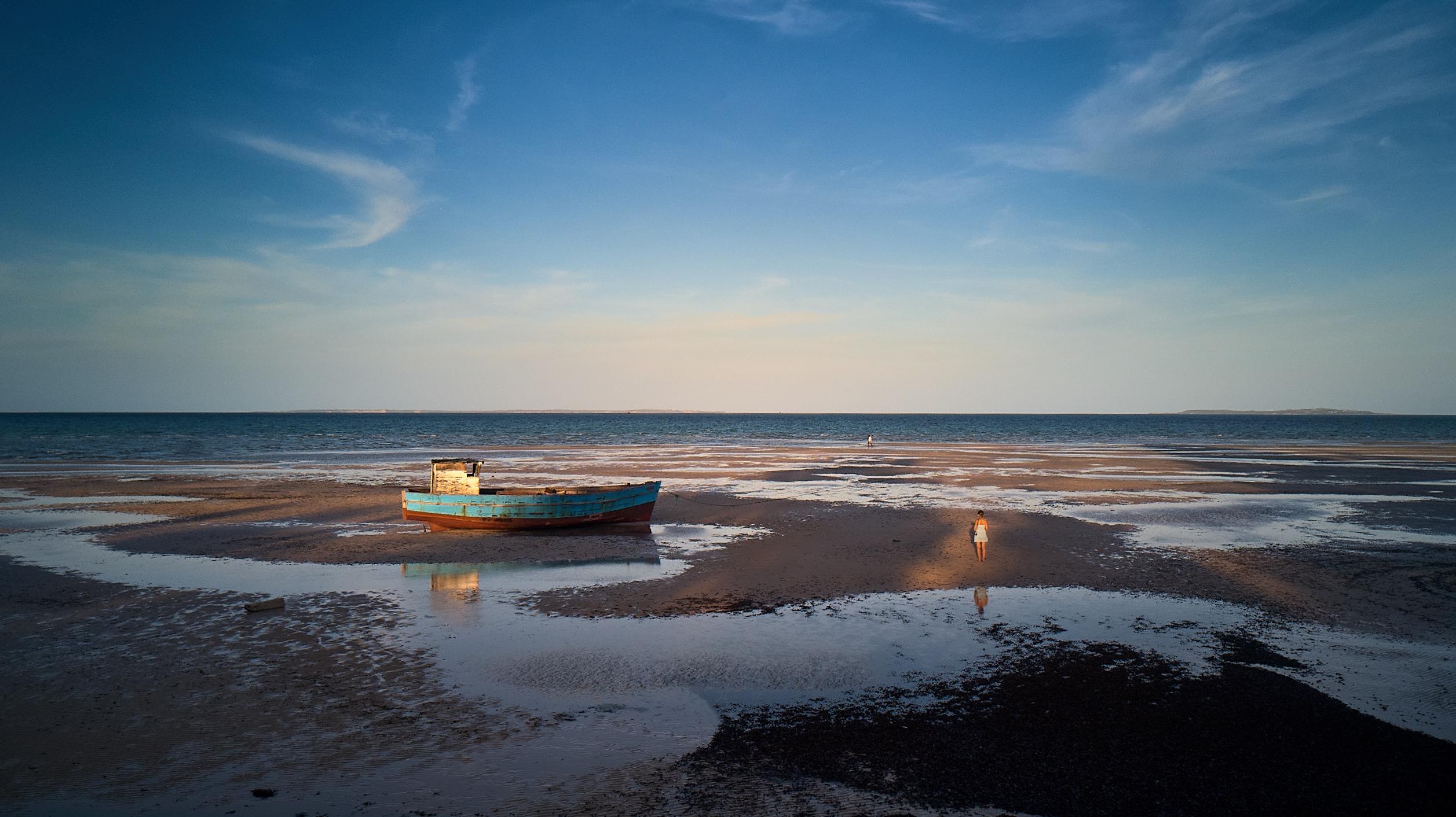 Barco atrapado en la marea baja de Vilanculos, Mozambique